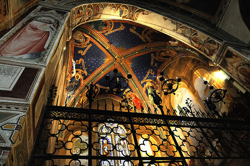 Vista interior da Basílica de São Luquésio em Poggibonsi - cripta onde estão enterrados Luquésio e Buonadonna.