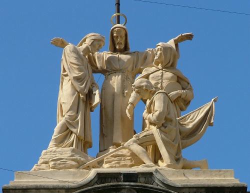 Estátua de destaque em Igreja Franciscana em Buenos Aires, Argentina, retrata Francisco cercado de franciscanos seculares