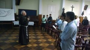 Frei Joseph Karl, assistente espiritual da fraternidade, pregando aos irmãos e irmãs.