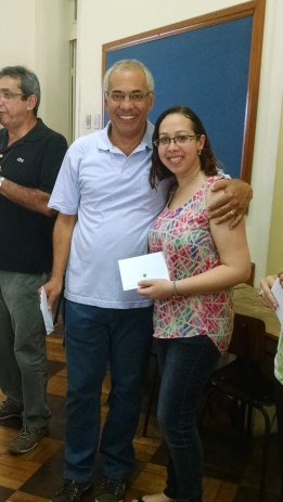 O irmão vice-ministro Carlos Fernandes entrega a lembrança de aniversário à irmã Joelle Bachallany